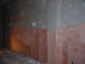 Lo primero para realizar un alisado de paredes con un enyesado es dar un puente de unión o imprimación sobre la superficie