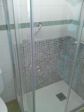 plato de ducha y mampara angular para tener un mejor acceso en un baño pequeño