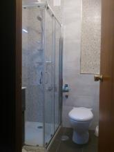Cambio de alicatados y solados, diferenciando zona de ducha con el resto del baño.