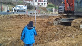 Se realizó la excavación en terreno de dureza media optando por una máquina de 20 Tm. Se rebajó una plataforma a una cota y después se realizaron las zanjas para las zapatas corridas con una profundidad de unos 1,50m.