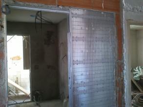 El sistema instalado en esta reforma permite colocar una puerta corredera que una vez abierta queda totalmente escondida dentro del tabique, con esto conseguimos aprovechar al máximo el espacio.