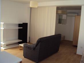 Esta es la vista desde la zona de cocina, con el salon y la habitacion al fondo, separados por un panel japones.