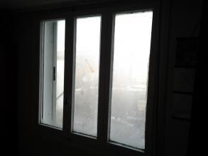 En la foto se puede apreciar el estado original de la ventana 1 de madera y la contraventana exterior corredera de aluminio.La condensación en vidrios es evidente.