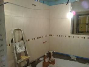 Alicatado de paredes con azulejos elegidos por el cliente, despues los trabajos de desescombrado y picado de los antiguos azulejos.