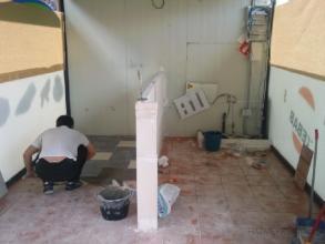 Levantar la barra del bar y poner el suelo de plaqueta cerámica , después de que hemos acabado con la parte de la instalación eléctrica y parte de la  fontanería.