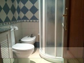 Reformas un cuarto de baño de dimensiones reducidas,incluso lavabo de mampostería,inodoro,bidé,plato de ducha semicircular de 80cm con mampara.