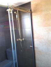 Mampara de ducha al aire, de cristal totalmente transparente, que permite el paso de luz desde la ventana existente dentro de la ducha. La zona de cuha se alicató con un azulejo que contrastase con el del resto del baño, para darle un aire mas moderno.