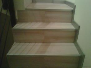 Se puede apreciar el contraste del alumuinio con la madera y el rodapié en aluminio