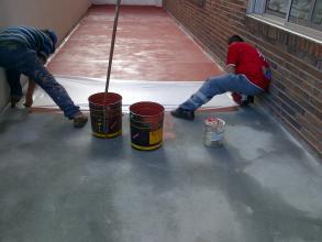 colocando la malla para la impermeabilización