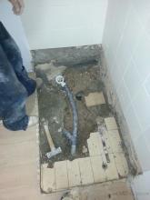 Tras la visita de nuestros técnicos y peritos para evaluar los defectos de ejecución en la vivienda, se detectó numerosos defectos, entre ellos la presencia de un hueco hasta la vivienda inferior a través del forjado bajo la placa ducha instalada.