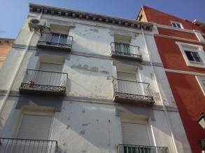 Picado en superficie vertical y horizontal de la fachada para la eliminación de .zonas de mortero en mal estado y preparación de las superficies
