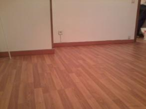 Se retiro papel pintado,de alisaron paredes y techos y se instalo suelo laminado.                   SALON