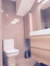 Aplicación de micro-cemento en paredes y suelo de cuarto de baño con acabado en brillo. Suministro y colocación de inodoro de Roca serie Dama N en porcelana blanca