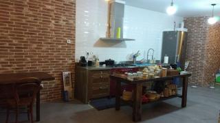 Detalle de cocina salon, suelos de microcemento, azulejo tipo metro, muebles retro