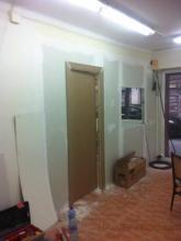 colocación de pared divisoria de pladur con puerta en MDF para su posterior pintado
