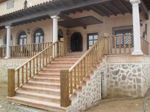 Fabricada en madera de Pino Teñido en Nogal, con balaustres cuadrados, achaflanados en las aristas, a juego con pilarotes de arranque.