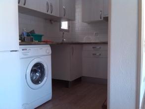 Se derribo parte de tabique colindante de cocina y salon. Dejando unido,sin puerta,aprovechando un espacio perdido.