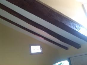 Se limpiaron vigas antiguas mediante chorreo de arena. Se dejaron vistas mediante tratamiento y pintado.