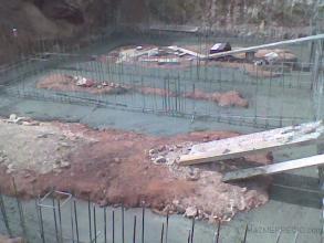 Relleno de cimientos con hormigón.
