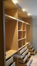 Instalación de interior a medida a gusto del cliente combinando cajoneras , baldas y pantaloneros extraibles.