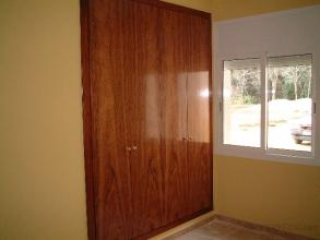 armario de  2 metros de ancho  por 2,50 de alto con puertas acabadas en chapa de etimoe barnizados y con interior en color haya y entapetados en mismo color de puertas