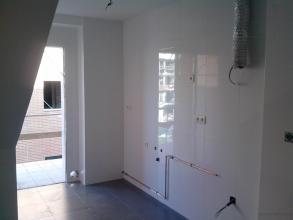 picar paredes y pavimento bajar runa y volver a colocar azulejo blaco hasta al techo.