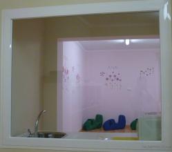 Para el control de las aulas desde la administración, se dispusieron ventanales fijos ocupando grandes superficies de las paredes, para dar sensación de amplitud a los espacios.