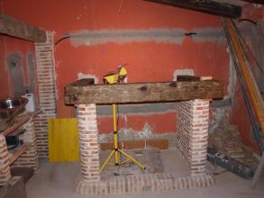 Al deseo del cliente de tener una chimenea dentro de la cocina, estudiando varios modelos y posibilidades hemos decidido que una chimenea en ladrillo rustico en combinación con madera y piedra rustica quijote quedara perfecta Con la combinación de colores que le íbamos a dar