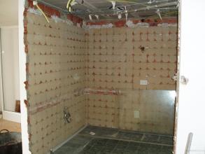 Demolición de tabiquería, alicatado cocina y desmontaje de instalaciones de electricidad y fontanería.