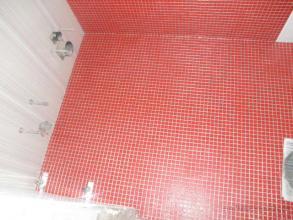 baño con bañera , bide y aseo empotrados (a mano izq) solera de gresite con lechada de dos componentes (resina y purpurina)