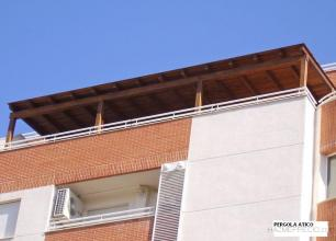 Porche de madera tratada con herrajes galvanizados con techo de tegola americana color negra o marron.