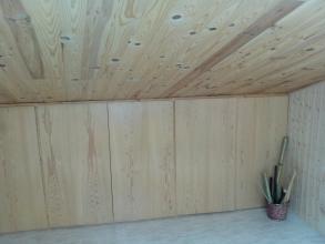Colocación de marcos de madera barnizada, herrajes y puertas de chapa de robles a medida con estanterias interiores a difernetes medidas y zapatero en el interior.
