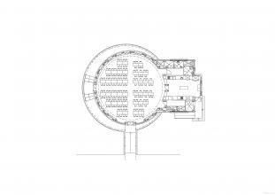 El comedor tiene silueta redonda y se sitúa en el terreno del patio del colegio