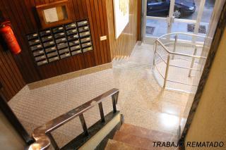 La solución adopatada permite mantener el acceso por escalera e incorpara una rampa para acceso rodado.