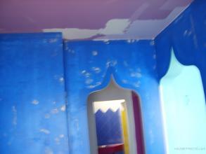 Tras imprimar las paredes y techos con fondo fijador, damos una primera capa de pintura, primero techos, emplastecimos los soportes, lijamos y seguimos pintando. Este local sera decorado por Kiki, y pertenece al grupo Lani`s. Aplicaremos pintura satinada y brillante, esmaltes, barnices, estuco y microcemento.
