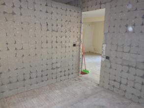 Paredes y techo de perlita, suelo de mármol y modificación de red eléctrica.
