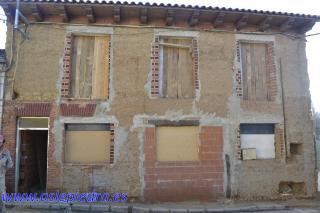 La casa a restaurar tenía la fachada de adobe y presentaba desnivel en el suelo. Este era su aspecto, viejo y descuidado, antes de nuestro trabajo.