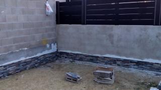 Revestimiento de paredes con plaquetas porcelanicas imitacion de piedra natural.