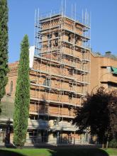 Fachada principal con los andamios montados.
