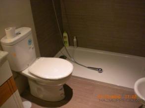 En este baño se le cambió una bañera por un plato de ducha de las mismas dimensiones.Se le cambió la instalación de fontanería y electricidad.Se le colocó azulejo nuevo combinando dos colores y loza nueva, quedando un baño completamente nuevo.