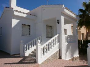 La ampliación de la vivienda pretende anexionar el porche para ampliar el salón de la vivienda y ampliar cocina.