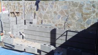 Construccion de caseta de obra con bloques de hormigon y revestimiento de paredes exteriores con piedra natural,techo hecho con panel sandwich,enfoscado paredes por dentro,solado de plaquetas. Precio mano de obra 1500€ Obra hecha en Nuevo Baztan/Eurovillas