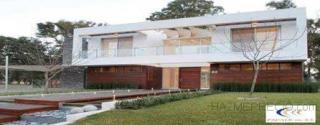 Estilo: Actual Racionalista Año: 2010 Superficie: 400 m2 Desarrollo: 2 plantas, 9 amb. y 2 baños