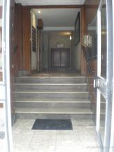 Como se aprecia en la fotografía el portal presenta escaleras para acceder a la zona dónde se sitúa el ascensor. En este caso el ascensor no se podía bajar a la cota de las escaleras. Se optó por la solución del estado reformado.