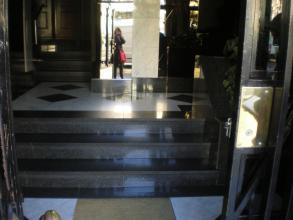Como se aprecia en la fotografía, el portal presentaba 6 peldaños para llegar a la zona de los ascensores.
