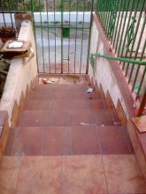 Replanteo y ejecucion de trancos de escalera nuevos sobre la escalera antigua con ladrillos y mortero. Colocacion de baldosas de barro antideslizantes con rodapies y fraguado de los mismos.