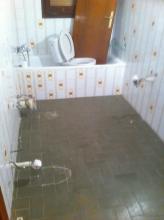 También instalamos el mismo parquet en lavabo pero antes desmontamos los sanitarios para una mayor facilidad a la hora de poder trabajar