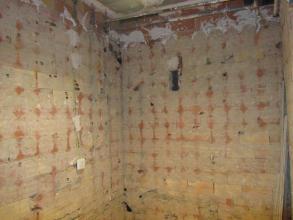 Picar paredes, suelo y techo, y retirada del escombro.