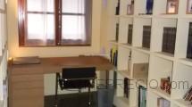 Estudio con biblioteca hecha con escayola valenciana